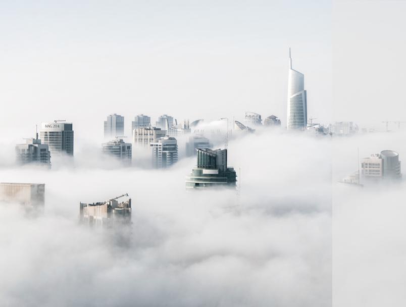 Stadt Skyline über den Wolken. Moderne internationale Großstadt.